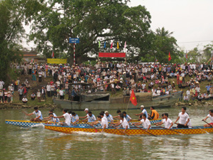 Đua thuyền tại làng cổ Túy Loan