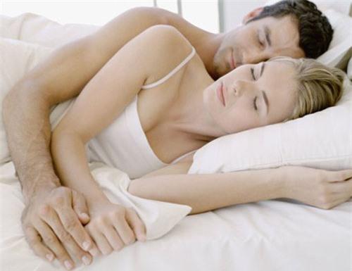 """Đoán khả năng """"yêu"""" của vợ chồng qua dáng ngủ"""