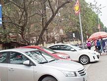 Thu phí trông xe vô tội vạ tại Hà Nội: Bị kiểm tra, các chủ điểm trông xe bỏ chạy