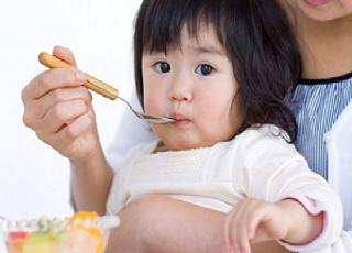 Bỏ mặc trẻ đói, trẻ sẽ tự ăn? Đúng hay sai?