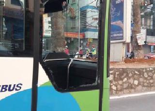 Xe buýt nhanh Hà Nội bị xe taxi tạt đầu vỡ tan kính