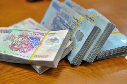Cấm ngân hàng tăng lương, thưởng nếu chưa dự phòng xử lý nợ xấu