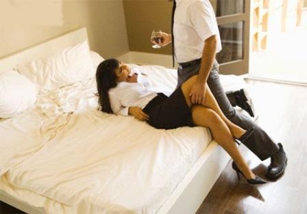 Chồng chở con đến nhà nghỉ bắt quả tang vợ ngoại tình