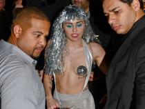 Miley Cyrus vô tư cởi trần ra phố