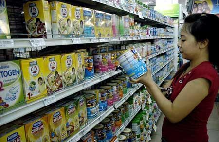 """Giá sữa vẫn """"móc túi"""" người tiêu dùng"""