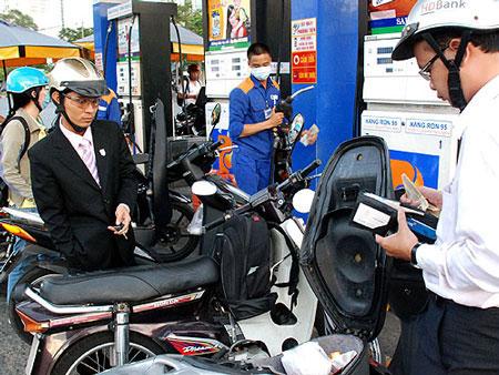 Giá xăng giữ nguyên, dầu giảm 110 đồng/lít