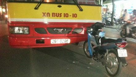 Hà Nội: Xe buýt lấn đường, tông thẳng vào xe máy