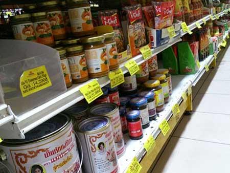 Hàng Thái Lan, Nhật Bản tràn từ vỉa hè đến siêu th