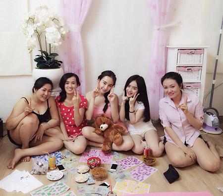 Hot girl Việt xấu mặt vì lộ ảnh bài bạc, nợ nần và kém hiểu biết