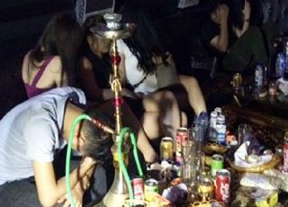 Kiểm tra quán bar trong đêm, nhiều nam nữ thanh niên đang quay cuồng trong tiếng nhạc