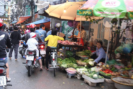 Lo sợ mưa bão, người dân Hà Nội ùn ùn đi mua đồ ăn tích trữ