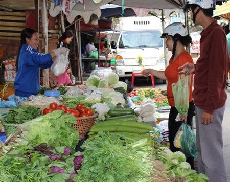Mưa kéo dài, rau xanh tại Hà Nội tăng giá gấp đôi