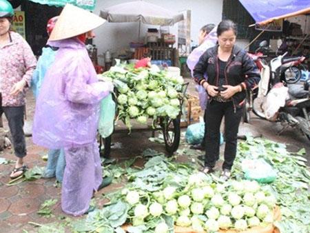 Mượn cớ mưa bão, thực phẩm Hà Nội đua nhau đội giá