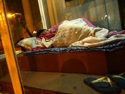 Ngủ trong trạm ATM trốn cái rét dưới 10 độ C