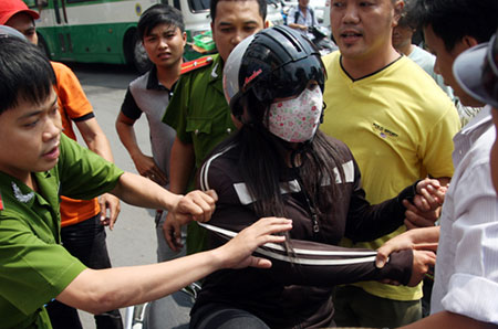 """""""Nữ quái"""" giật điện thoại giữa Sài Gòn bị dân vây bắt"""