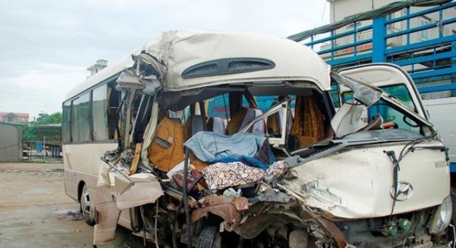 Ôtô khách đâm vào đuôi xe tải, 9 người nhập viện