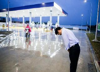Dân mạng Việt nói gì về bức ảnh ông chủ người Nhật đội mưa cúi đầu chào khách