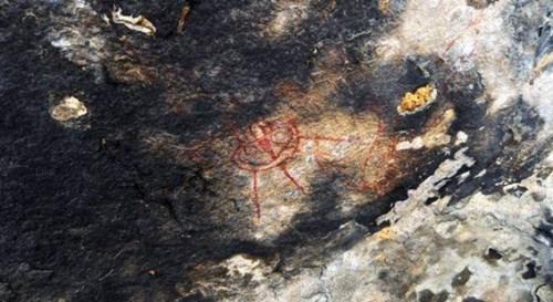 Sững sờ phát hiện vật thể bay trong bức họa 10.000 năm