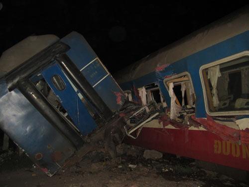 Tai nạn tàu hỏa tông đứt đôi xe tải, lái tàu tử vong