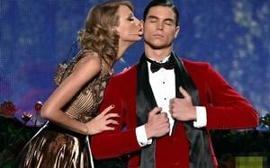 """Taylor Swift """"đá đểu"""" Harry Styles, hôn má vũ công"""