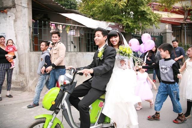 Thích thú với màn rước dâu bằng xe đạp điện của 9X Hà thành