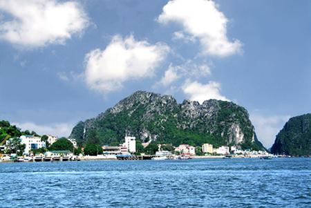Vẻ đẹp ngọn núi được khắc hơn 40 bài thơ ở Ninh Bình