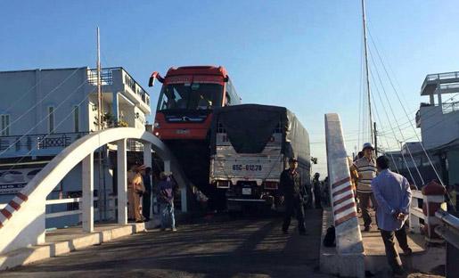 Xe khách 'làm xiếc' trên thành cầu, hàng chục hành khách hoảng loạn
