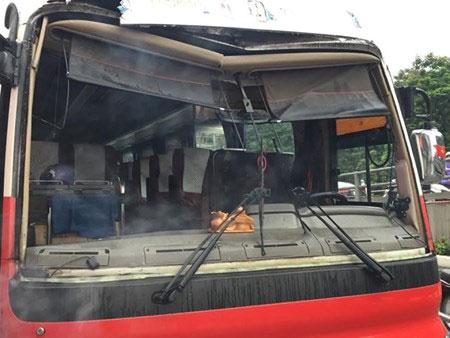 Hà Nội: Xe khách húc bay thanh chắn cầu vượt xuống đường