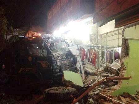 Xe tải tông một phụ nữ tử vong, đâm sập nhà dân