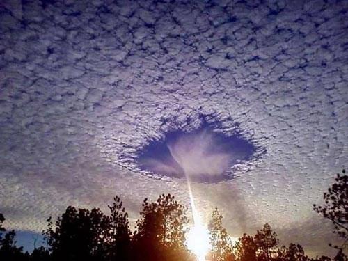 """Xuất hiện """"hố xanh"""" kỳ lạ trên bầu trời Cao Bằng"""